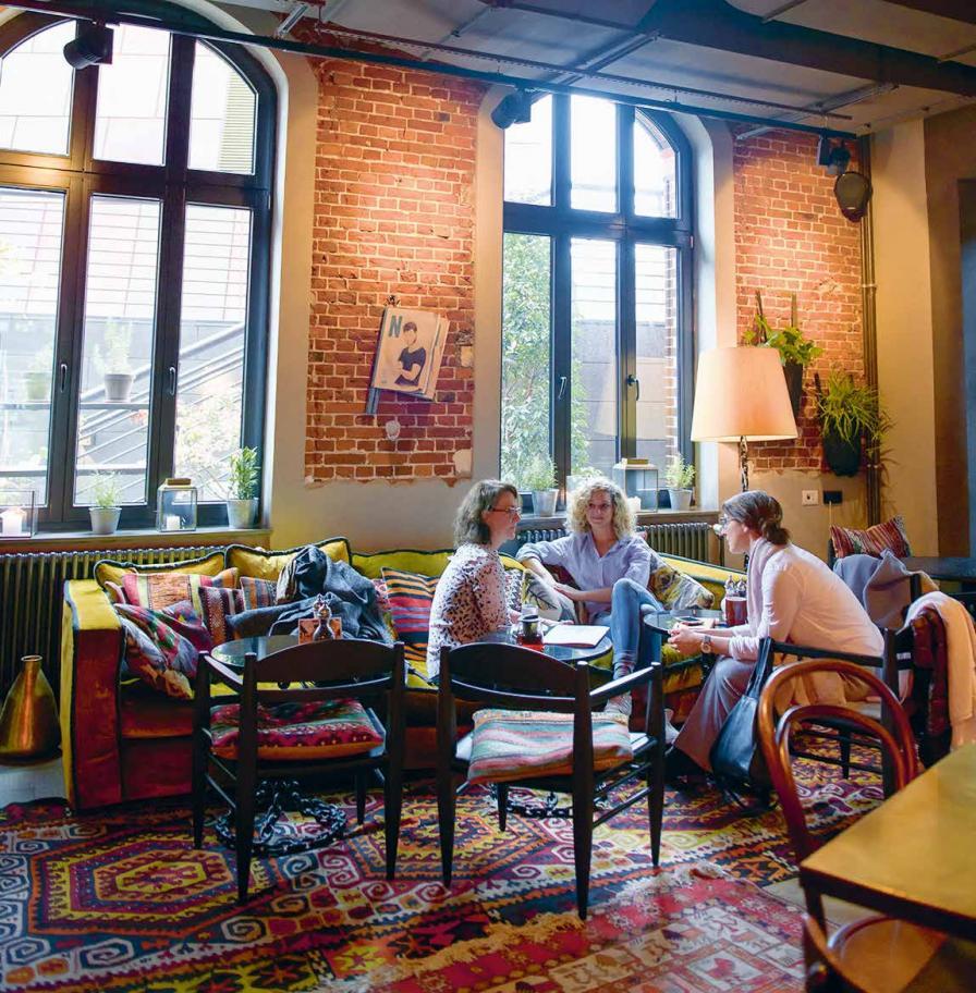 """Morgens um zehn im """"NENI"""" in der Hafencity. Linda Wolfermann (r.) und Ramona Kötting (M.) plaudern aus dem Ausbildungskästchen. Die Playlist des """"25hours""""-Restaurants wird gleich mit aufgezeichnet"""
